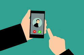 smartphone senior simple - téléphone portable personne âgée - Blog SFAM