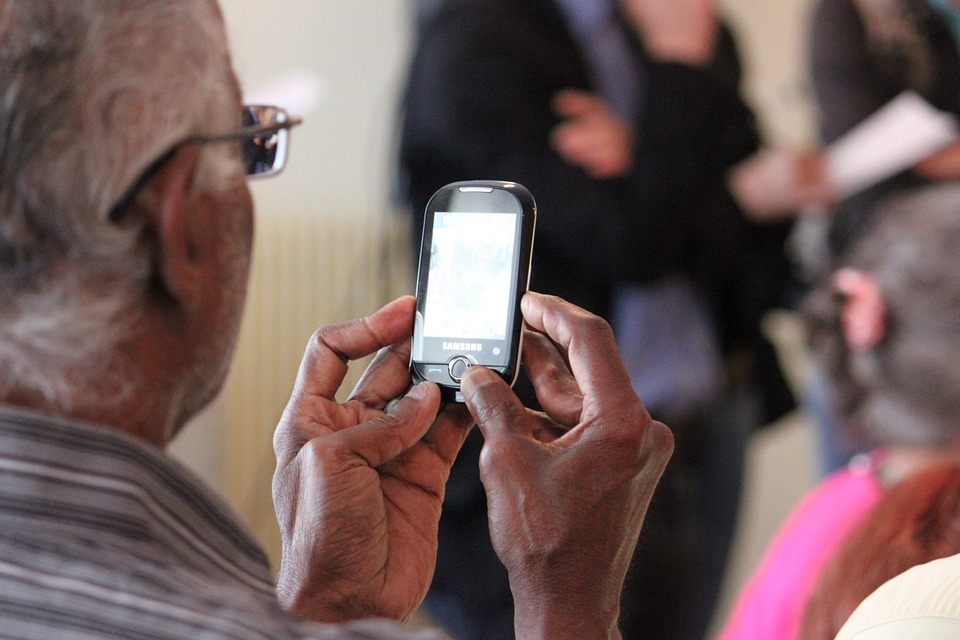 Téléphone portable senior - Blog SFAM