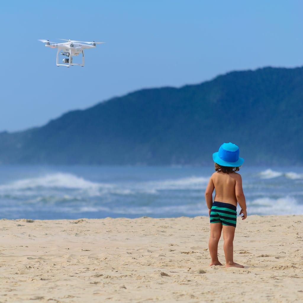 drone enfant plage - Blog SFAM