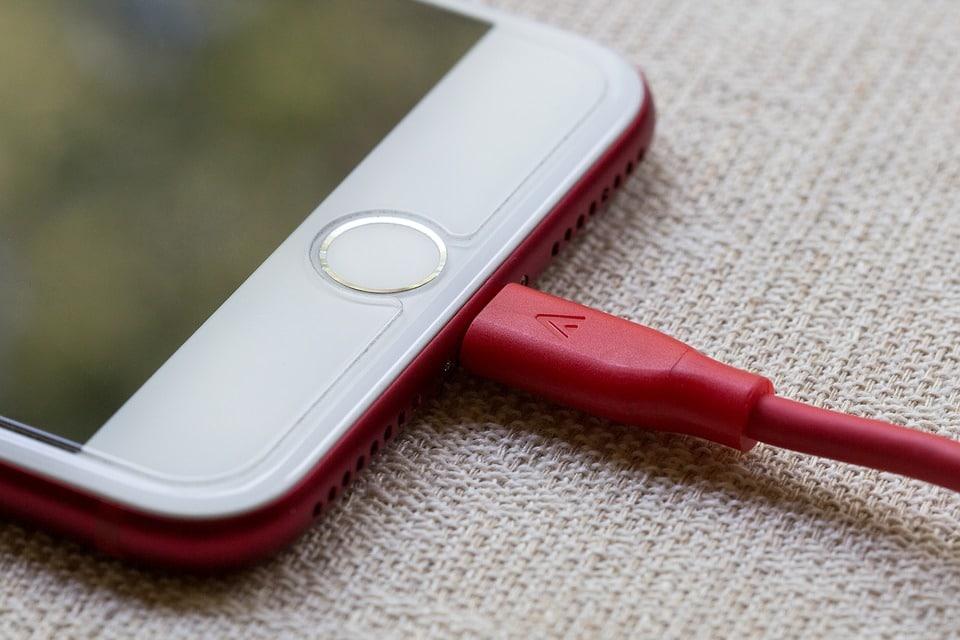 chargeur cables smartphone dangereux - Blog SFAM